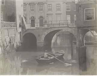 RP-F-2002-105-18-2 Gezicht op de Lombardbrug en het stadhuis in Dordrecht, met op de voorgrond een man in een roeiboot, G. Hidderley (toegeschreven aan), ca. 1900 - ca. 1910