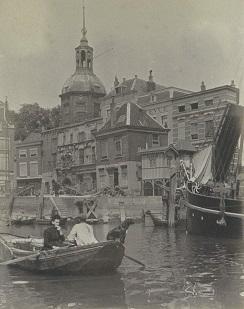 RP-F-2002-105-32-1 Gezicht op het Groothoofd en de Groothoofdspoort in Dordrecht met op de voorgrond een roeiboot, G. Hidderley (toegeschreven aan), ca. 1900 - ca. 1910