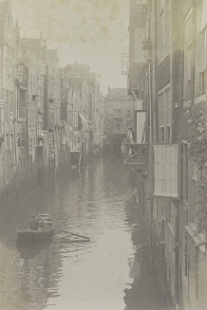 RP-F-2002-105-47-1 Doorkijk in de Voorstraatshaven in Dordrecht met op de achtergrond de overkluizing van het Scheffersplein, G. Hidderley (toegeschreven aan), ca. 1900 - ca. 1910