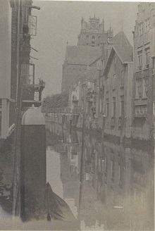 RP-F-2002-105-56-2 Gezicht op het water aan de Pottenkade in Dordrecht met op de achtergrond de Grote Kerk, G. Hidderley (toegeschreven aan), ca. 1900 - ca. 1910