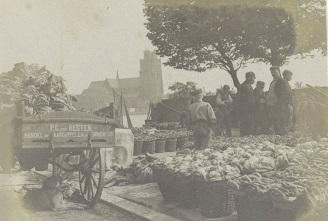 RP-F-2002-105-59-1 Markt in Dordrecht, op de achtergrond de Grote Kerk, G. Hidderley (toegeschreven aan), ca. 1900 - ca. 1910 met gr kerk