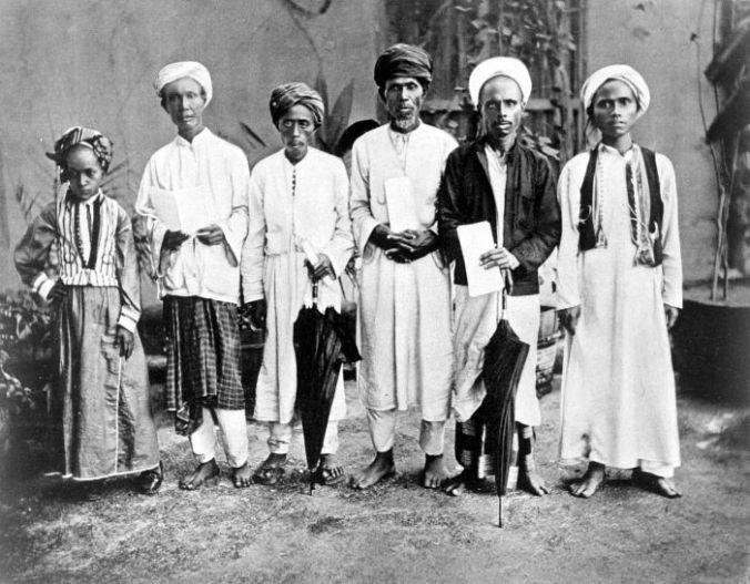 COLLECTIE_TROPENMUSEUM_Mekkagangers_uit_Ambon_Key_en_Banda_(Molukken)_in_het_Nederlandse_Consulaat_in_Jeddah_Saoedi_Arabië_TMnr_10001261