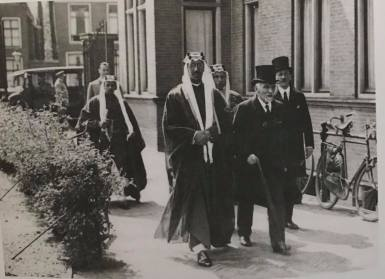 DIFLWtdXoAATqjk Prins Saoed van Saoedie Arabië met Snouck