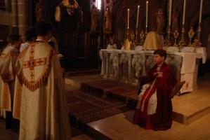 kinderbisschop en leerlingen als priesters